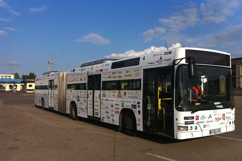 Reklama viešajame transporte stebina keleivius