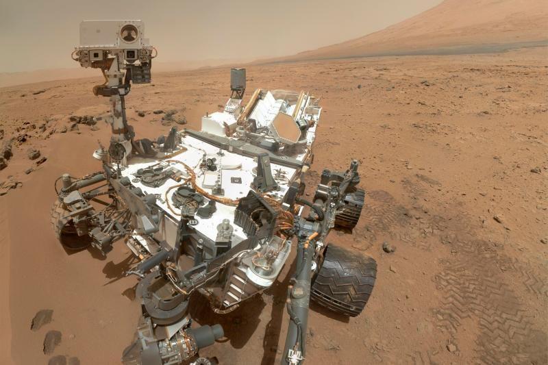 """Mokslininkus suglumino """"Curiosity"""" atsiųsta nuotrauka su """"Marso gėle"""""""