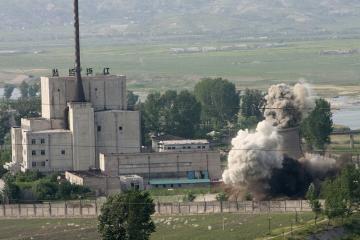 Pchenjanas nugriovė branduolinio reaktoriaus bokštą