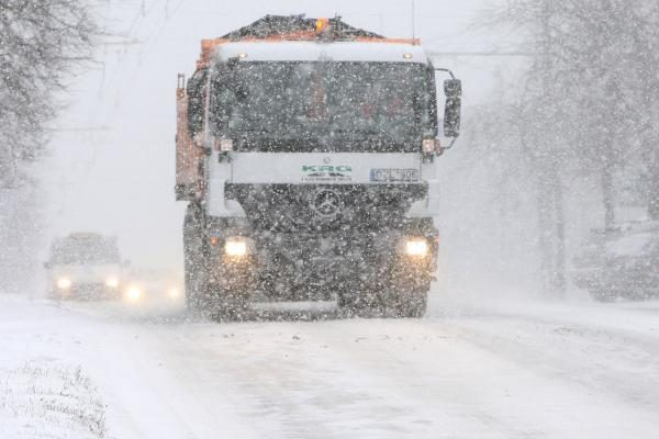 Kelių būklė: sninga ir pusto beveik visoje Lietuvoje, eismo sąlygos - sudėtingos