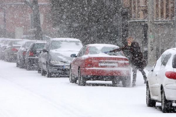Naktį daug kur šalyje pasnigus, eismo sąlygos tapo sudėtingos