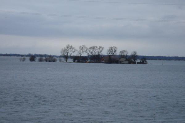 Potvynis pamaryje: krentant vandens lygiui situacija gerėja