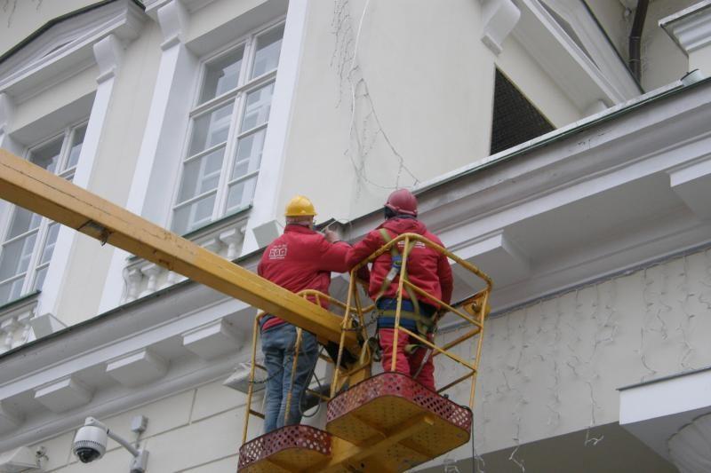 Prezidentūros pastatas dabinamas šventinėmis dekoracijomis