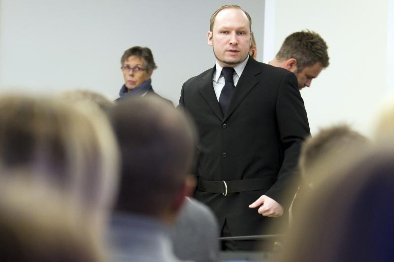 Teismo salėje į A.B.Breiviką vyras sviedė batą