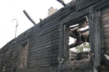 Sudegusiame name - neatpažįstamai sudegęs žmogus
