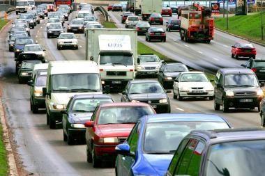 Vyriausybė nori apmokestinti visus automobilius