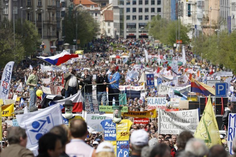 Čekijoje prieš vyriausybę protestavo dešimtys tūkstančių žmonių