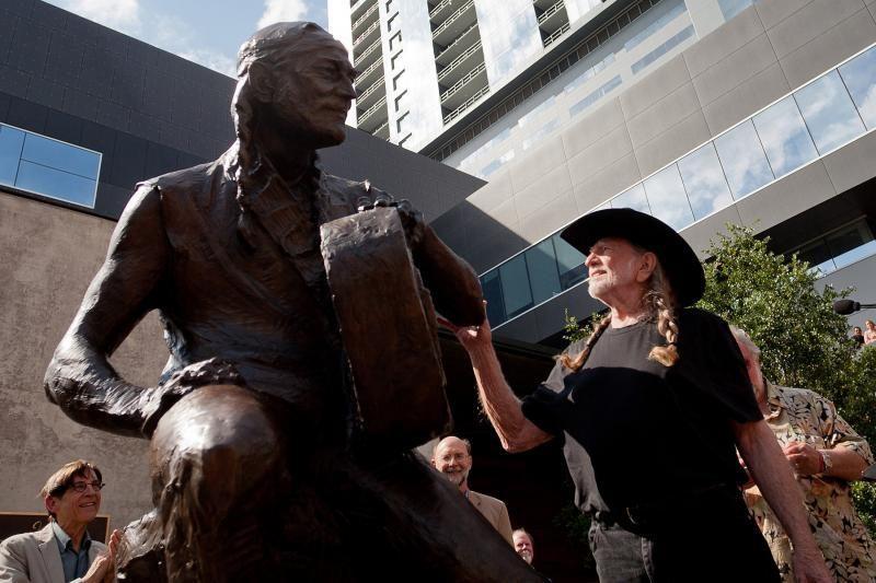 Teksase atidengta bronzinė dainininko Willie Nelsono skulptūra