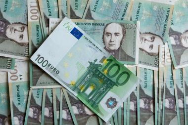 Finansų ministras: vyriausybės ketinimai atstatyti algas nesutrukdys įsivesti euro