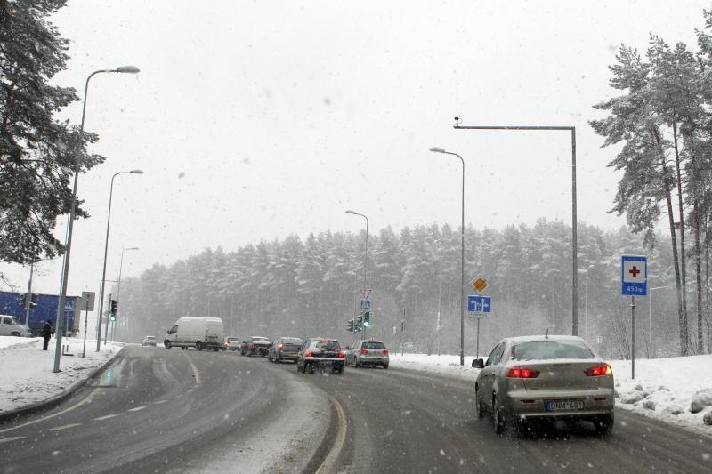 Sniegas gatvėse sukėlė chaosą (1 žuvo, daug sužeistų)