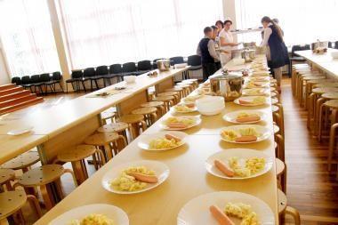 Mokyklose - per mažos pietų porcijos ir prastas apšvietimas