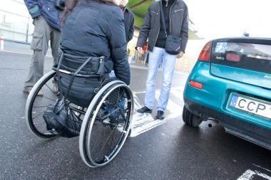 Baus neįgaliųjų vietose statančius mašinas