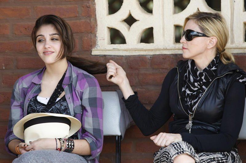 Madonna nepatenkinta: jos 15-metė dukra pričiupta rūkanti