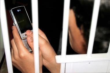 Britanijoje policininkai vietoj radijo siųs SMS