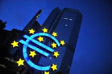 Euras krenta dėl euro zonos skolų problemų