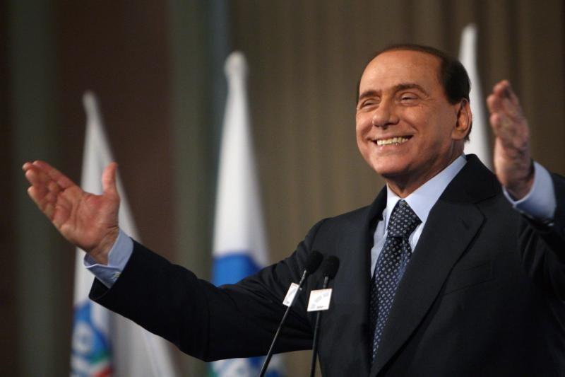S.Berlusconi krisdamas išsinarino petį ir riešą