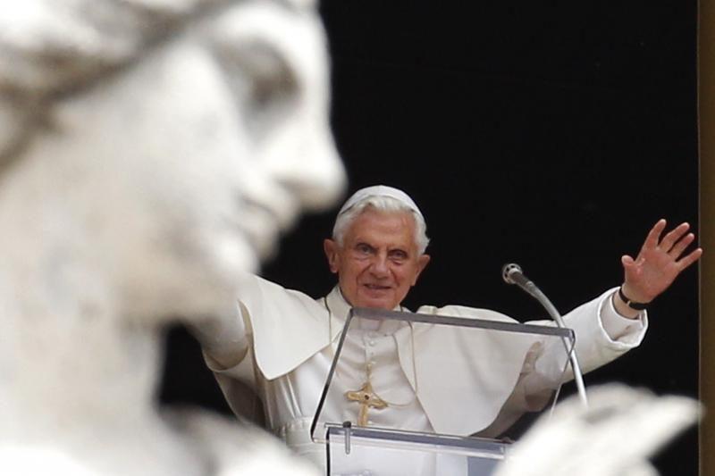 Šokiruota pasaulio žiniasklaida spėlioja, kas bus naujas popiežius