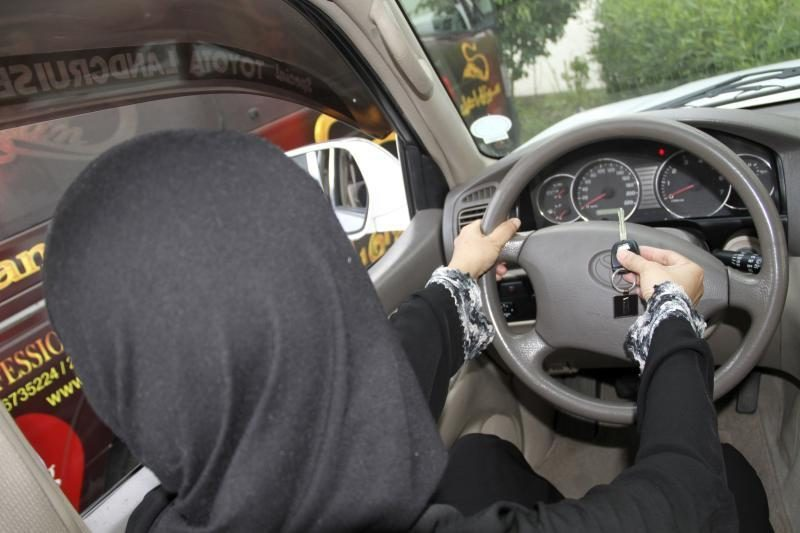 Saudo Arabijos karaliaus prašoma atšaukti draudimą moterims vairuoti