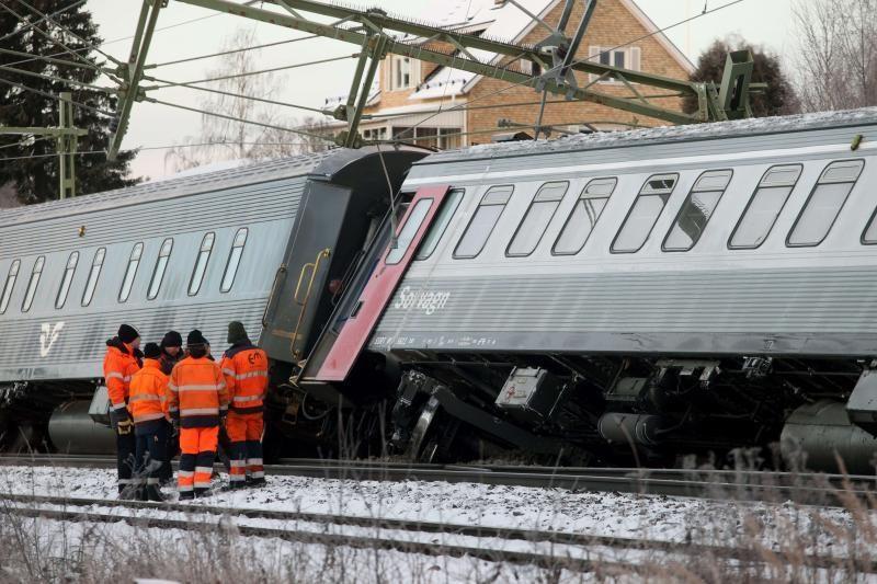 Švedijoje nuo bėgių nuvažiavo traukinys su 132 keleiviais