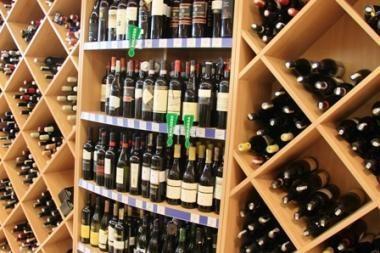 Seimo nariai siūlo pataisas, kurios užkirstų kelią naktį alkoholio įsigyti baruose išsineštinai