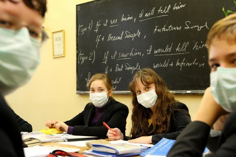 Sergančių moksleivių padaugėjo, bet pamokų nutraukti neskubama