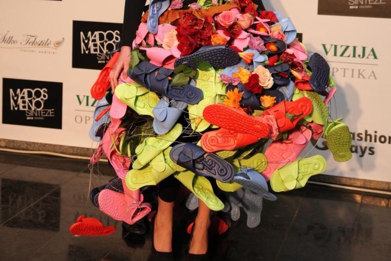 Naujas rekordininko M. Vasiliausko kūrinys – suknelė iš šlepečių