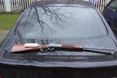 Muitininkai mašinoje aptiko ginklą
