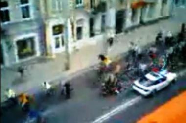 """Policininkai tebeieško į """"Kritinės masės"""" dalyvius įlėkusio automobilio savininko"""