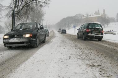 Dėl kintančių kelio dangos sąlygų patariama rinktis saugų greitų