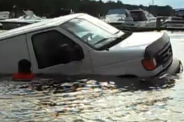 Kvaila situacija: automobilis per arti vandens