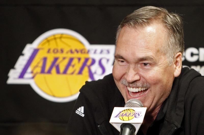 """NBA: naujasis """"Lakers"""" strategas prie ekipos vairo debiutavo sėkmingai"""