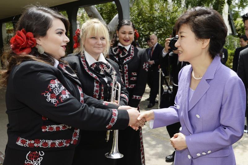 """Pietų Korėjos prezidentė atleido savo atstovą dėl """"nemalonaus"""" poelgio"""