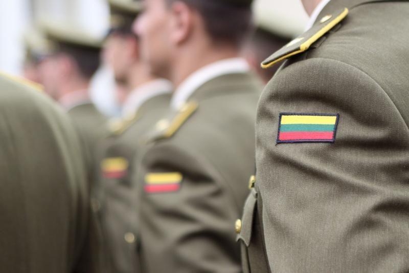 Karo akademija sako dedanti pastangas rasti dingusius kariūnus