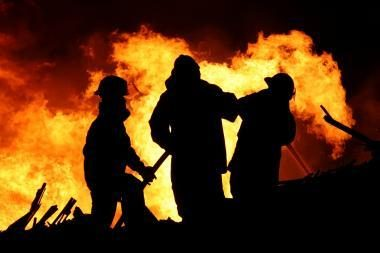 Nuo gaisro gelbėjosi šokdami pro langą