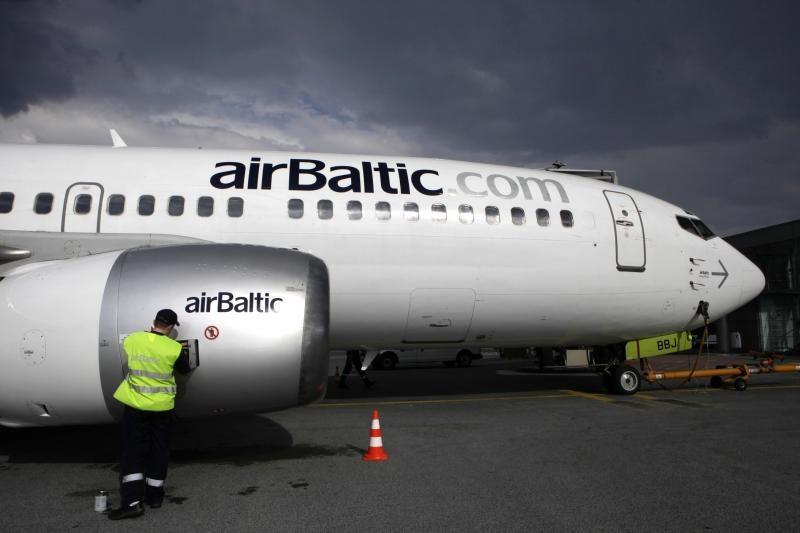 """Rygoje """"airBaltic"""" lėktuvas leidosi neveikiant vienam varikliui"""