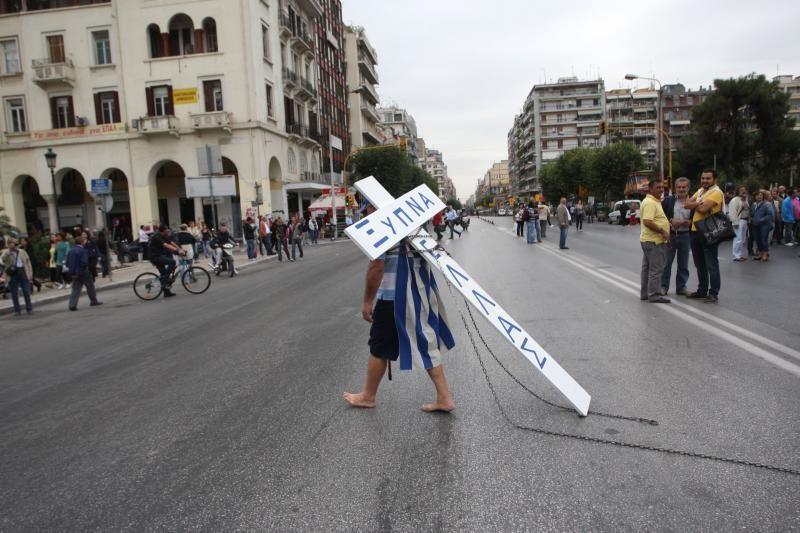 Tūkstančiai protestuojančių graikų A. Merkel lygina su A. Hitleriu