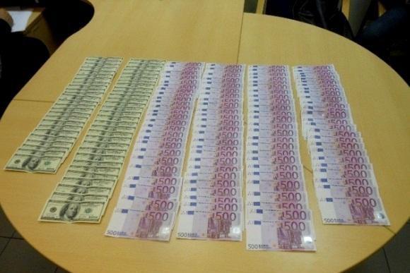 Rusas kelnėse slėpė 50 tūkst. eurų ir 5,5 tūkst. JAV dolerių