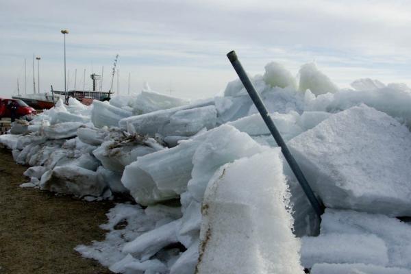 """Nidoje į krantą """"išlipo"""" masyvūs ledai"""