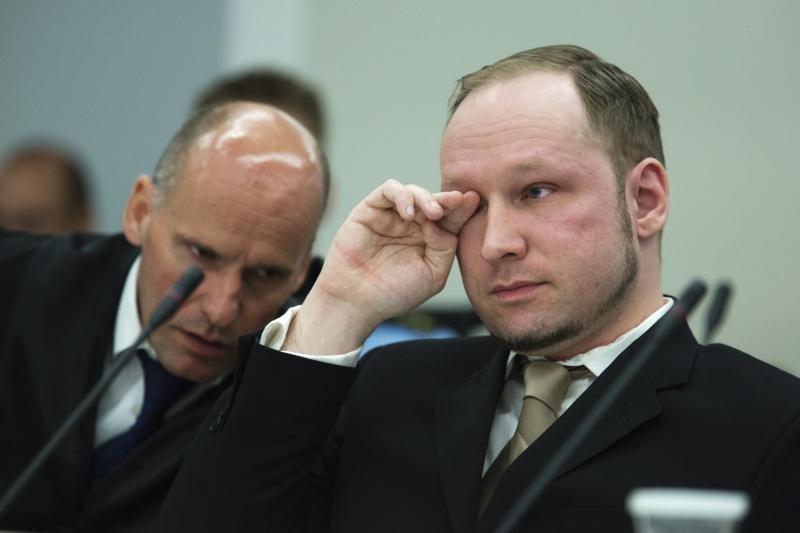 A.B.Breivikas teismui žiūrint jo propagandinį filmą apsiašarojo