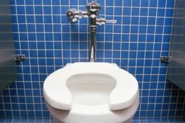 Plėšikas buto šeimininkę uždarė tualete