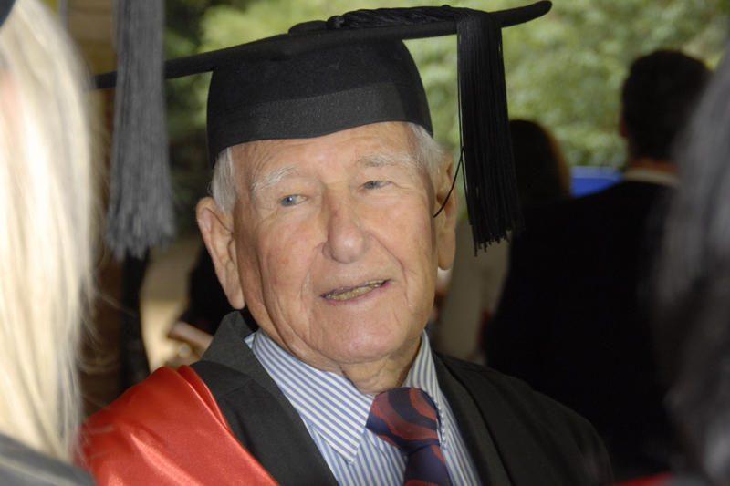 """97 metų australas tapo """"seniausiu pasaulyje absolventu"""""""