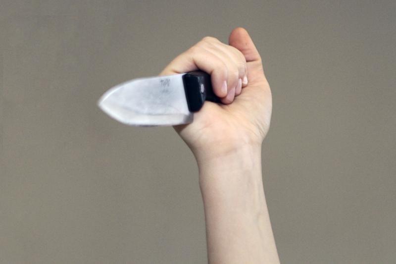 Kelmės rajone vyrą aptalžė malka ir sužeidė peiliu