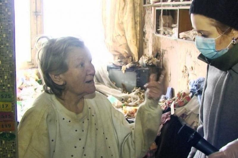 Žurnalistai įkvėpė senutę iškuopti 5 metus netvarkytus namus