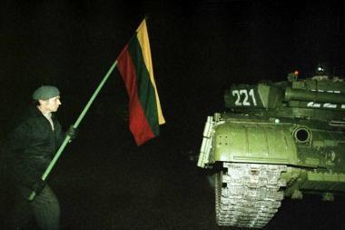 Sausio įvykių minėjimas - su rusišku šarvuočiu ir barikadų maišais parlamente