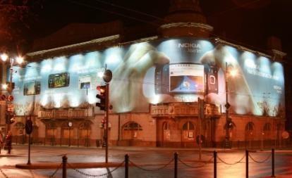 """Apleistą Gedimino prospekto pastatą """"paslėpė"""" reklama"""