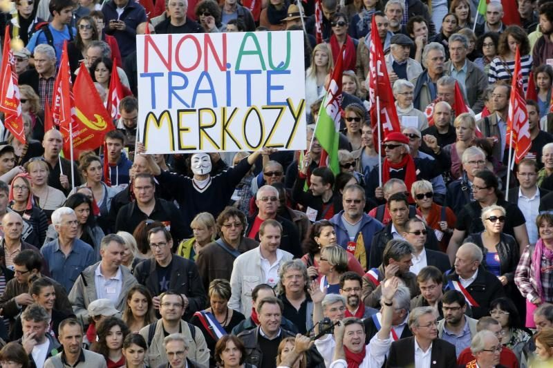 """Tūkstančiai žmonių proteste pasmerkė ES """"griežtos ekonomijos"""" paktą"""