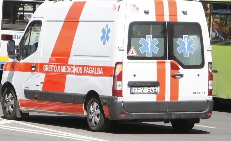 Prie Nemenčinės apsivertė automobilis, vaikas ir moteris - ligoninėje