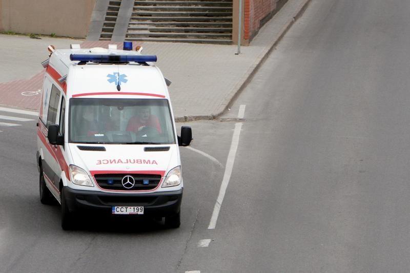Po avarijos vyriškį mirtis ištiko medikų automobilyje