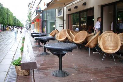 Lietus uždarė lauko kavines