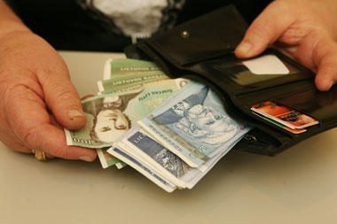 Vartojimas šalyje auga - žmonės skolinasi dažniau, tačiau po mažiau